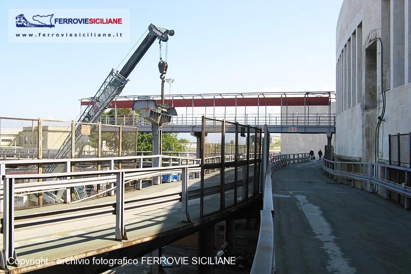In Demolizione Le Passerelle Della Stazione Di Messina