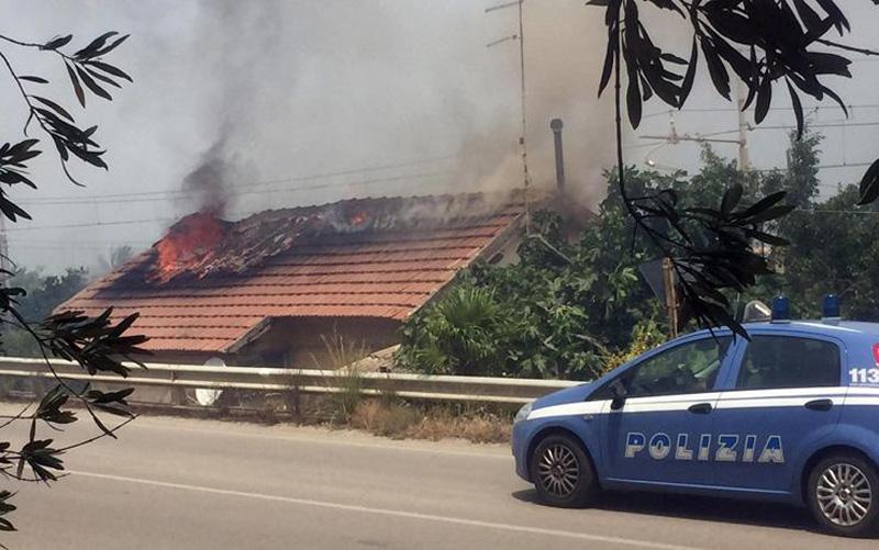 20160617 - Il fuoco mette in ginocchio i trasporti ferroviari in Sicilia - Cefalù casello FS foto ANSA-SKYtg24
