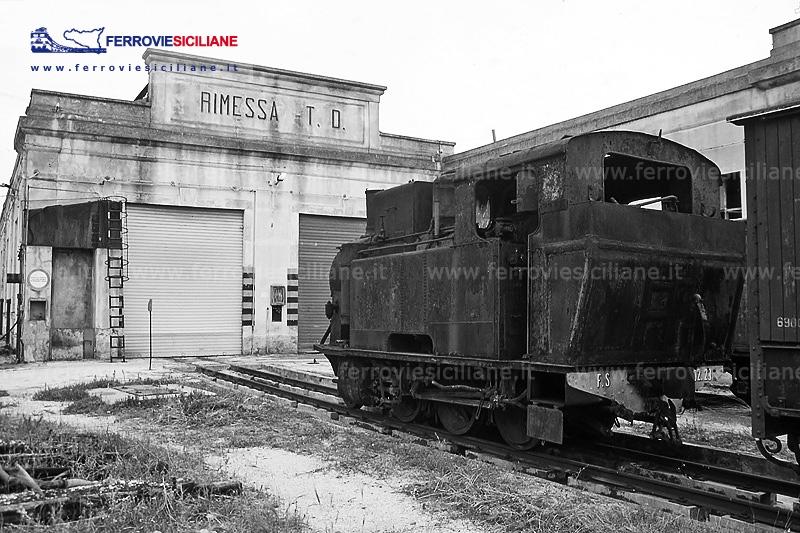 R302 nella rimessa locomotive di Castelvetrano